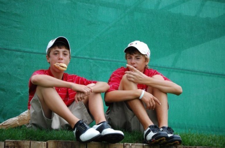 justin-thomas-jordan-spieth-junior-golf-sandwich-photo
